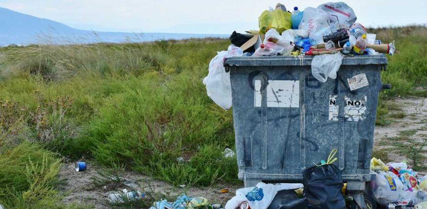 przepełnione pojemniki na odpady komunalne