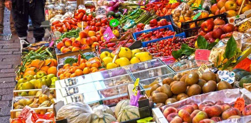 dużo różnej żywności na straganie